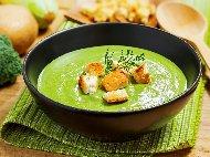 Приготвяне на рецепта Крем супа от замразени броколи, синьо сирене, течна готварска сметана и крутони